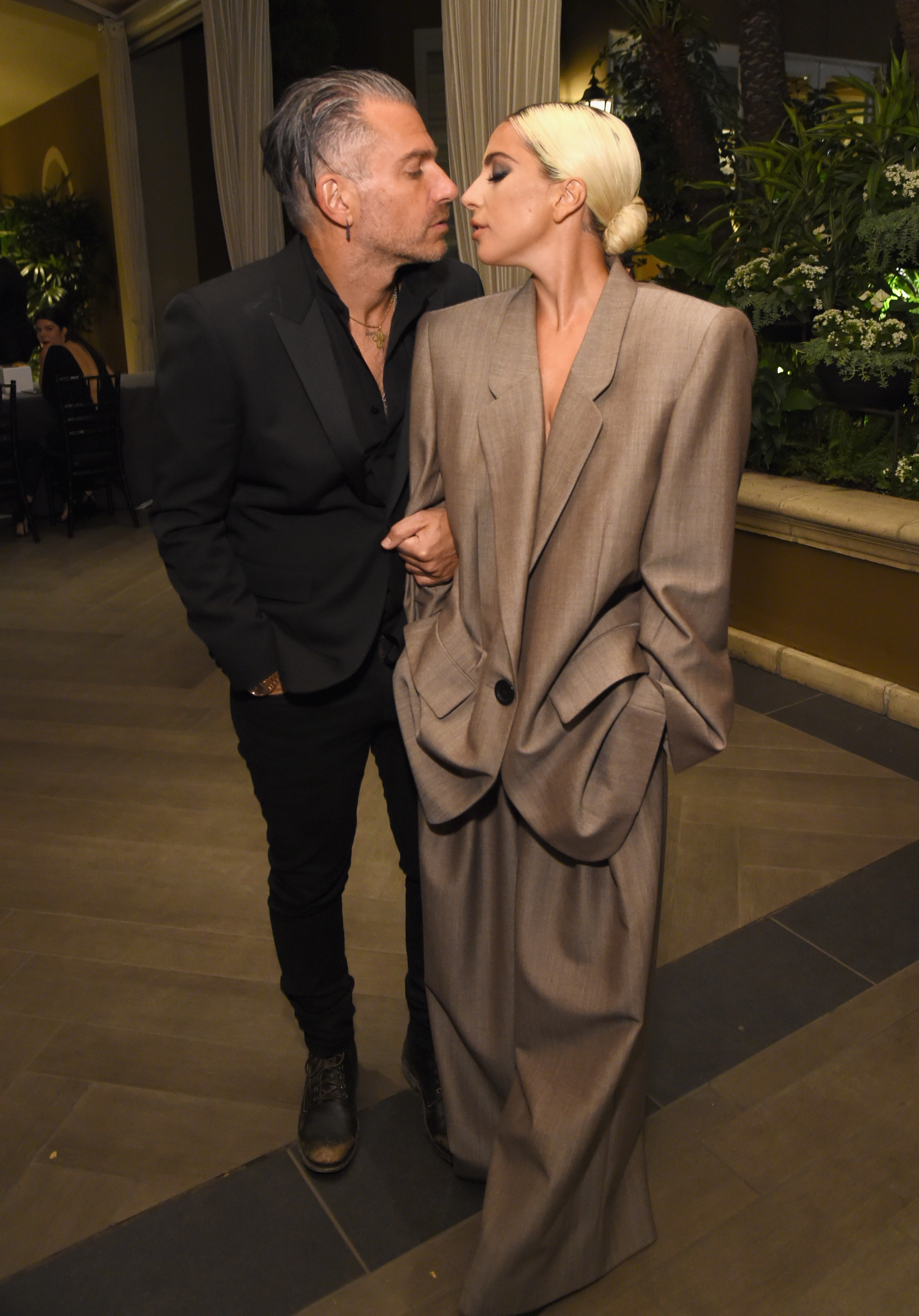 A cantora Lady Gaga com seu noivo e empresário, Christian Carino (Foto: Getty Images)