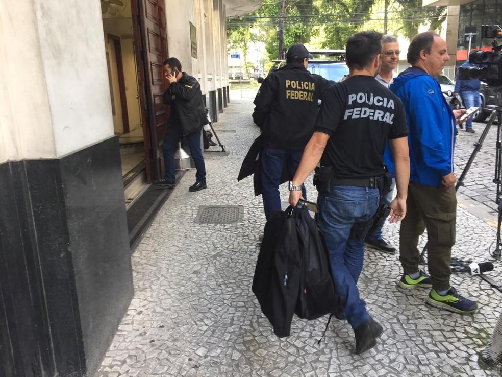 Polícia Federal leva pastas e documentos para a sede de Santos — Foto: Andressa Barboza/G1
