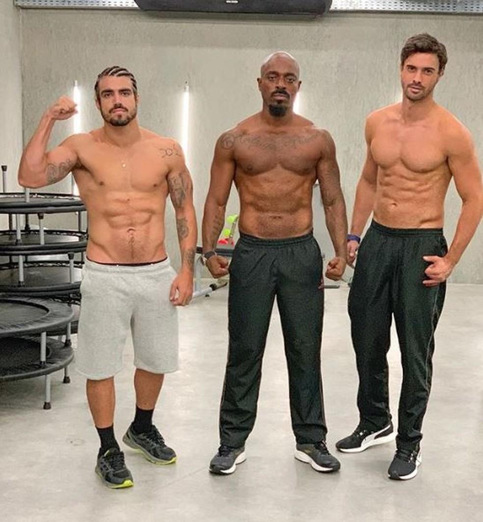 Caio Castro, Thiago Thomé e Fernando Zilli exibem barrigas saradas nos bastidores de gravação — Foto: Reprodução/Instagram