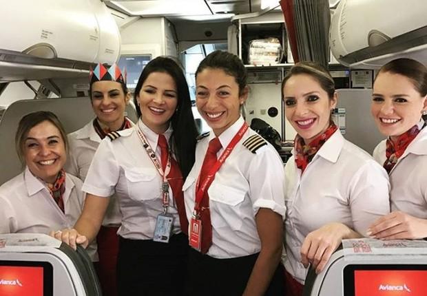 Clarissa Canedo, pilota da Avianca, com tripulação de voo (Foto: Divulgação/Avianca)