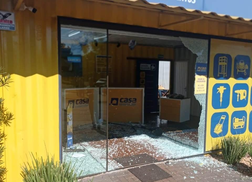 Ex-funcionário não aceita demissão e invade loja com carro, em Medianeira, diz polícia; VÍDEO