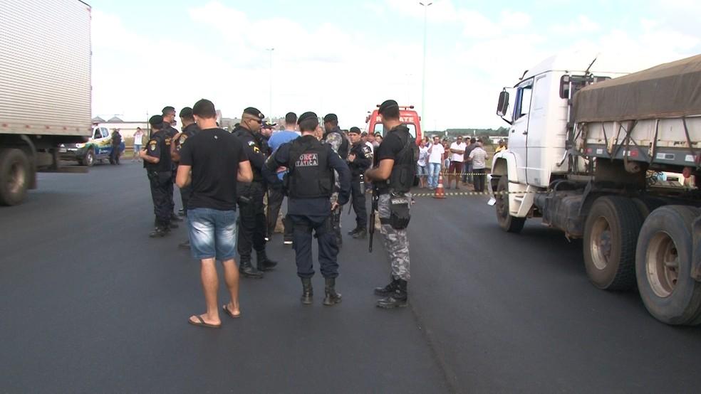 PM e PRF estão acompanhando situação no local (Foto: José Manoel/Rede Amazônica)