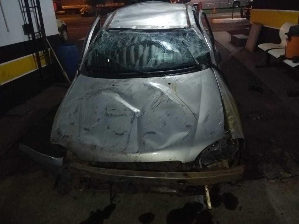Carro capotou depois de bater contra barranco (Foto: PRE/Divulgação)