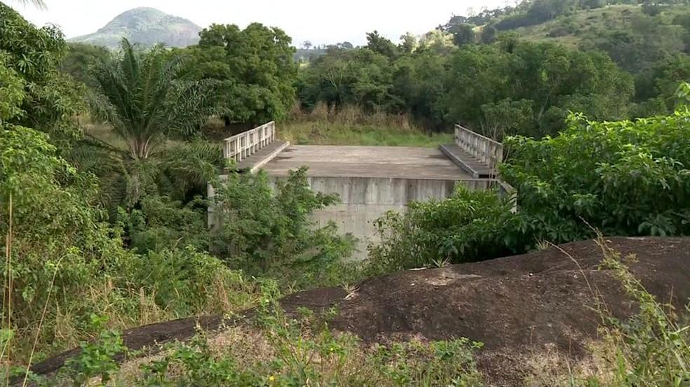 Pontes estão construídas, mas sem acessos nas cabeceiras (Foto: Manfrini Roberto/TV Gazeta)