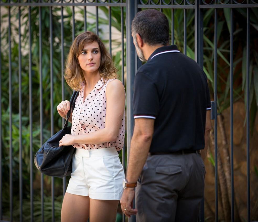 Sofia (Priscila Steinman) arma e encontra Germano (Humberto Martins) em 'Totalmente Demais' — Foto: Fabiano Battaglin/Gshow