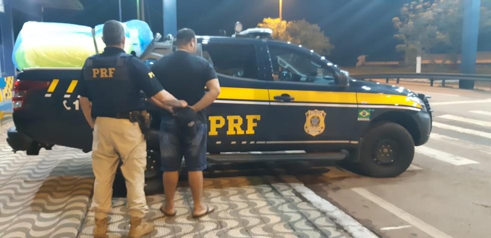 Motorista foi preso e encaminhado para a Polícia Federal — Foto: PRF-MT