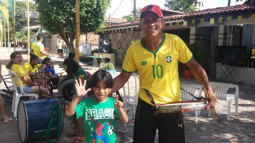 Torcedores de diferentes gerações no AP decoram rua na confiança do hexa na Copa