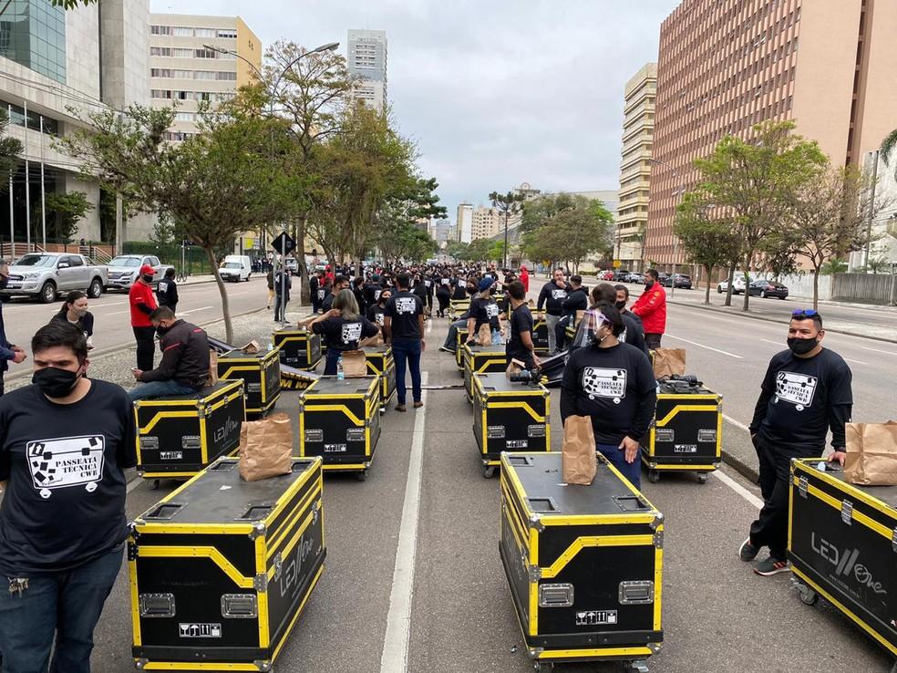 Cerca de 200 profissionais da área de eventos participaram do ato no Centro Cívico de Curitiba — Foto: Anderson Grossl/RPC