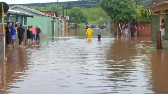 Famílias são levadas para ginásio municipal após temporal alagar bairro em Lençóis Paulista