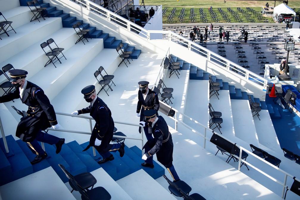 Membros da Guarda de Honra são evacuados do ensaio para o posse do presidente eleito dos EUA, Joe Biden, no Capitólio, após uma ameaça de segurança externa em 18 de janeiro de 2021 em Washington D.C.. — Foto: Caroline Brehman/Pool via Reuters