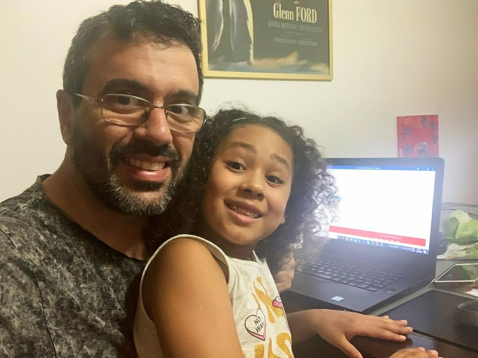Leonardo de Abreu e a filha Martha: ela gostou de vê-lo participar de uma reunião virtual falando inglês — Foto: Arquivo pessoal