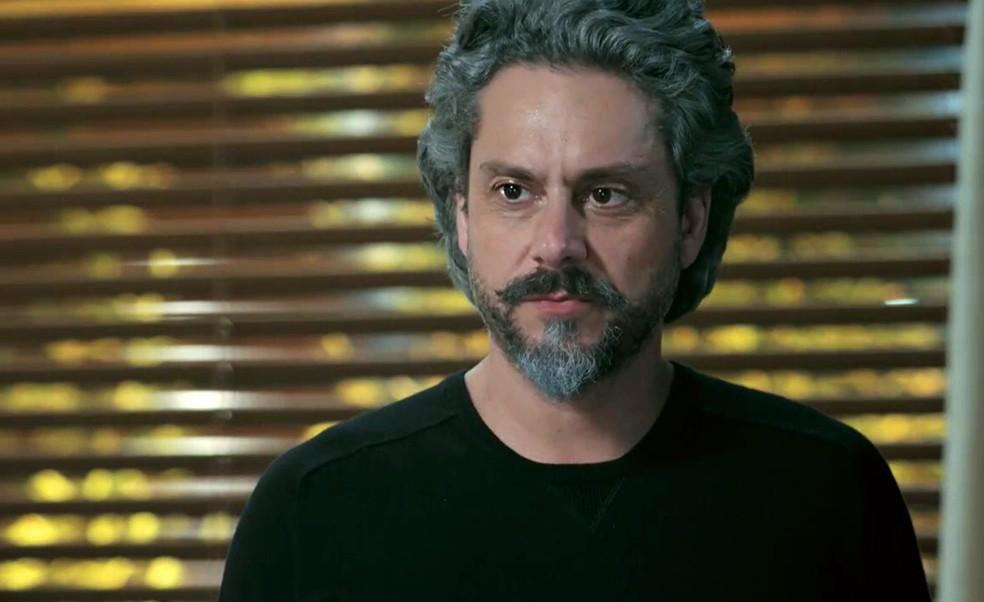 José Alfredo (Alexandre Nero) diz a Maria Marta (Lilia Cabral) que Silviano (Othon Bastos) é o inimigo dele - 'Império' — Foto: Globo