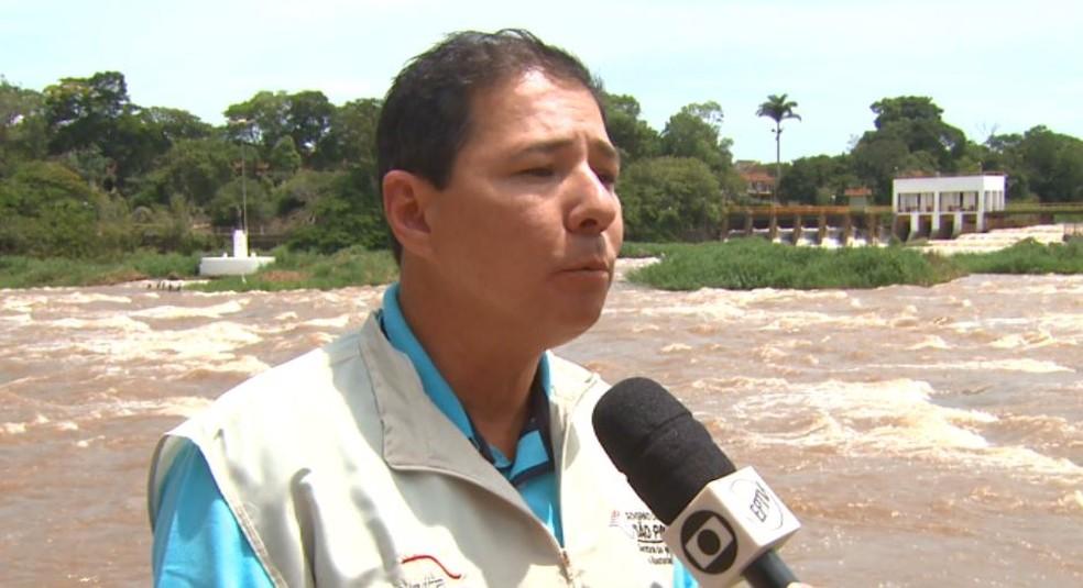 O pesquisador do Instituto da Pesca Fábio Sussel fala sobre a piracema em Pirassununga — Foto: Marlon Tavoni/EPTV