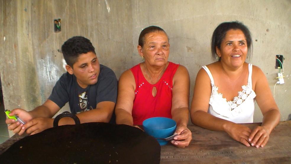 Ronan, a avó Maria da Conceição, e a mãe Luciane — Foto: Jorge Soares/G1