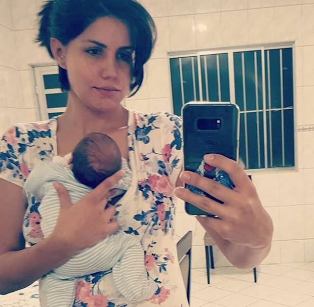 Mariana Felício e João no dia em que o bebê teve alta hospitalar (Foto: Reprodução/Instagram)