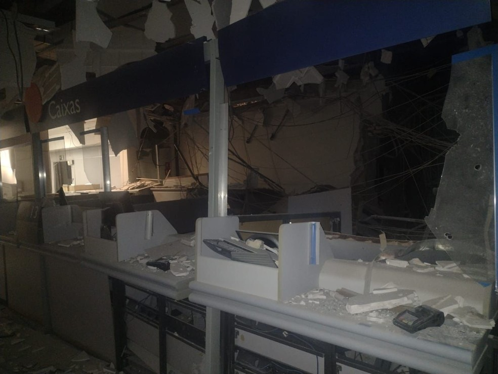 Agência da Caixa Econômica Federal ficou destruída após ataque em Araçatuba (SP) — Foto: Arquivo pessoal