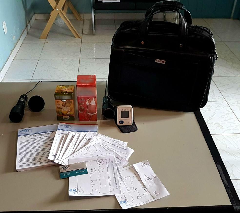 -  Receituários, orientações terapeuticas, remédios e equipamentos foram encontrados com suspeito  Foto: Polícia Civil/Divulgação
