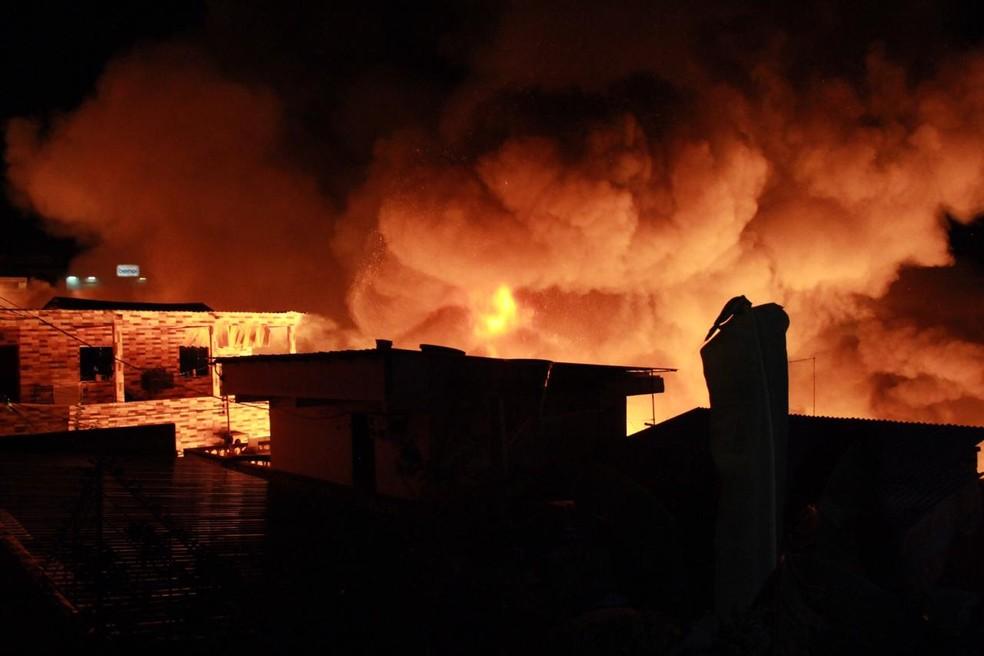 Fogo atinge casas na Zona Sul de Manaus — Foto: Rickardo Marques/G1 AM