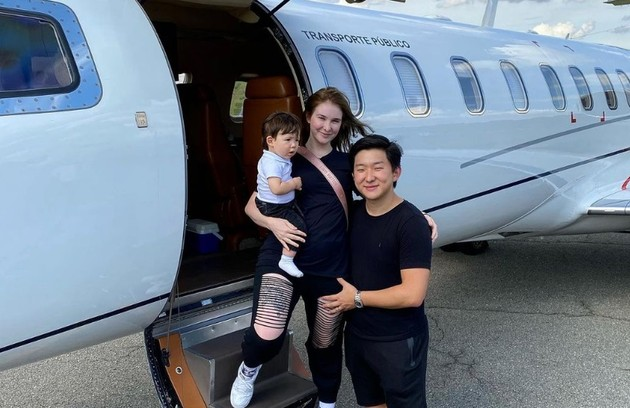 """Pyong Lee, do """"BBB"""" 20, contou ao site que já conquistou R$ 1 milhão mesmo sem ter chegado à final. Numa foto no Instagram, ele aparece num jatinho com a família (Foto: Reprodução)"""