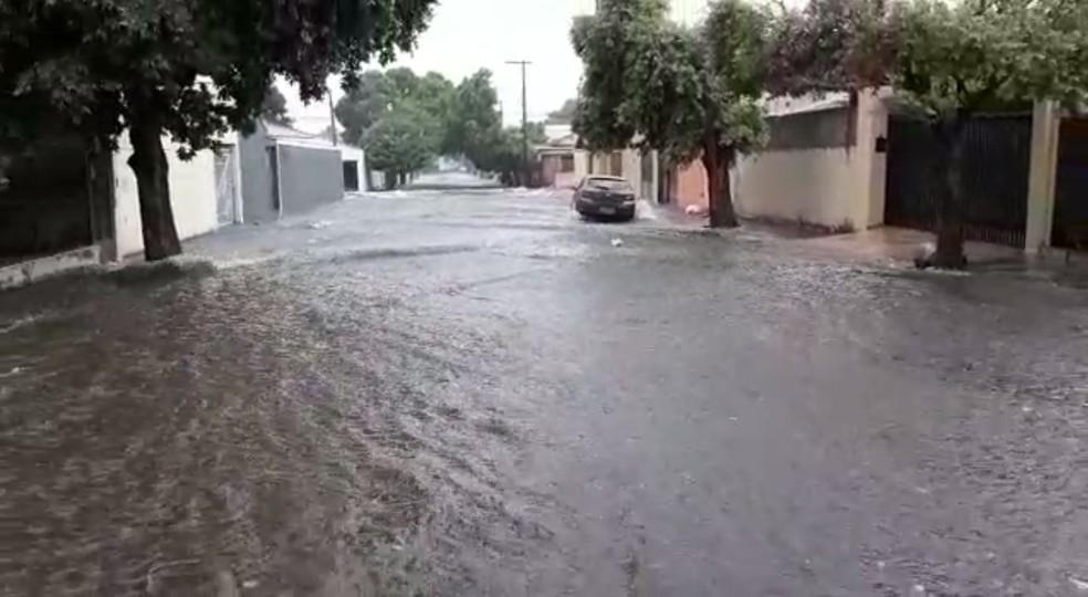 Ruas de Araçatuba (SP) ficaram alagadas neste sábado (5) — Foto: Arquivo Pessoal