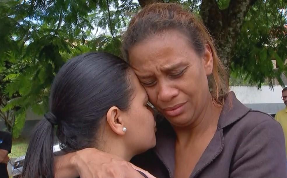 """""""Parece que eu vou acordar e ver ela"""", diz mãe de Emanuelle — Foto: TV TEM/Reprodução"""