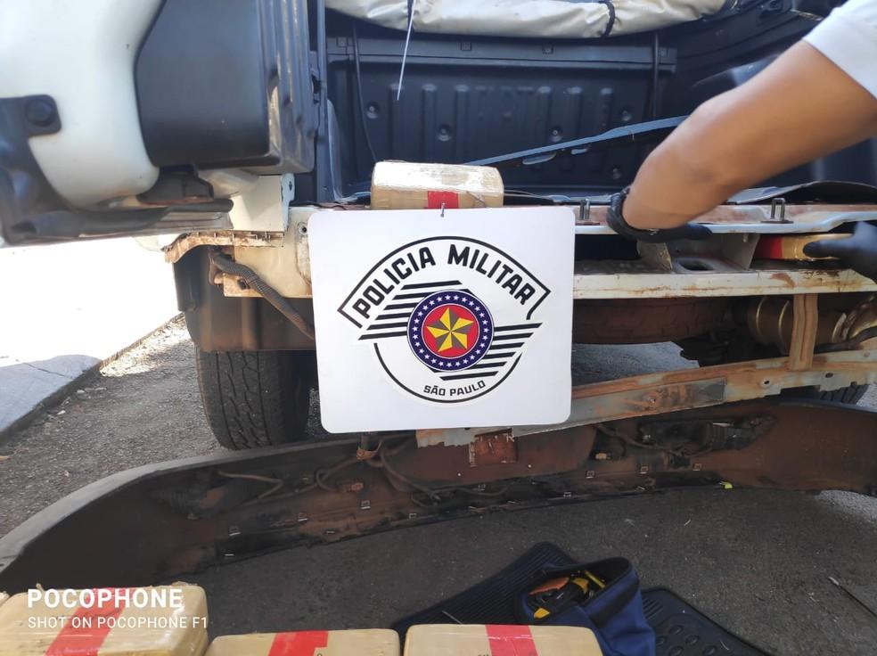 Operação apreendeu carga de pasta base de cocaína em fundo falso de picape em Adamantina — Foto: Polícia Militar Rodoviária