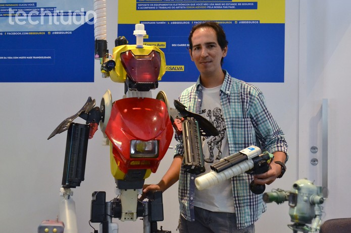 Jota Azevedo e seu robô feito de material reciclado (Foto: Melissa Cossetti/TechTudo)