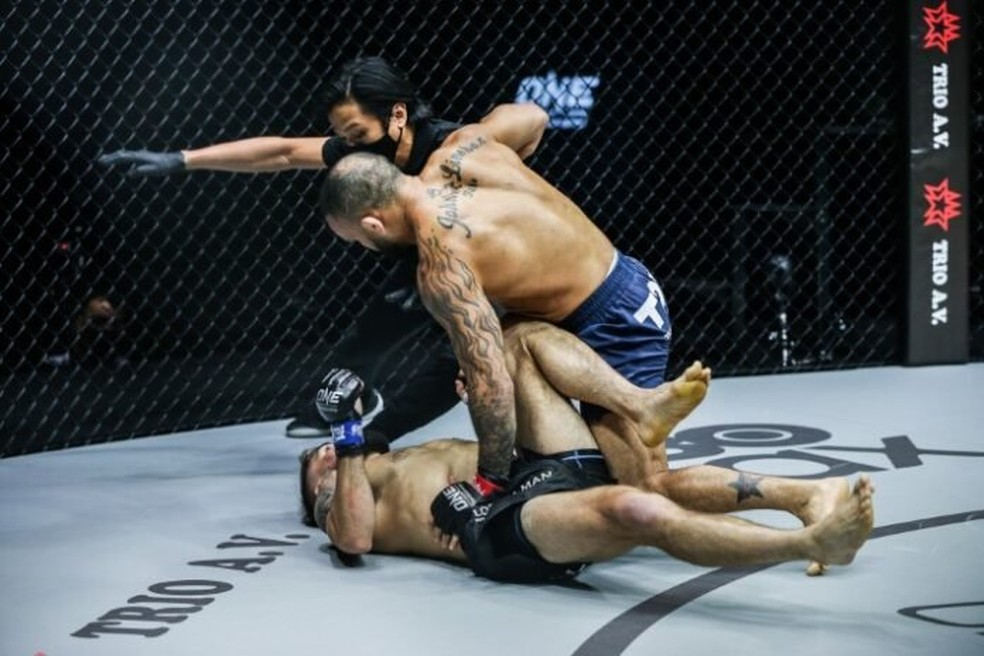 John Lineker nocauteia Troy Worthen na luta principal do ONE Championship — Foto: Divulgação