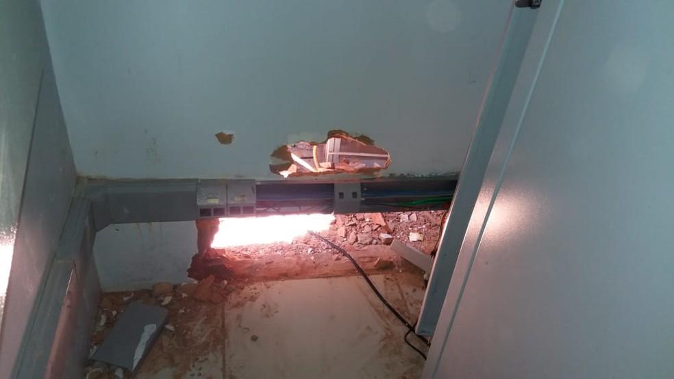 Criminosos entraram pelo telhado da agência (Foto: PM-MT/Assessoria)