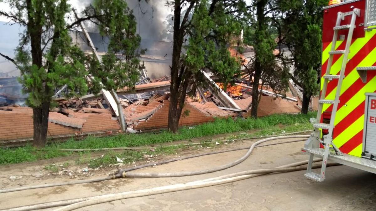 Incêndio destrói galpão de empresa de tecidos em Suzano