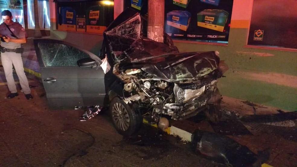 Carro ficou totalmente destruído após a batida em Lins   — Foto: J.Serafim/Divulgação