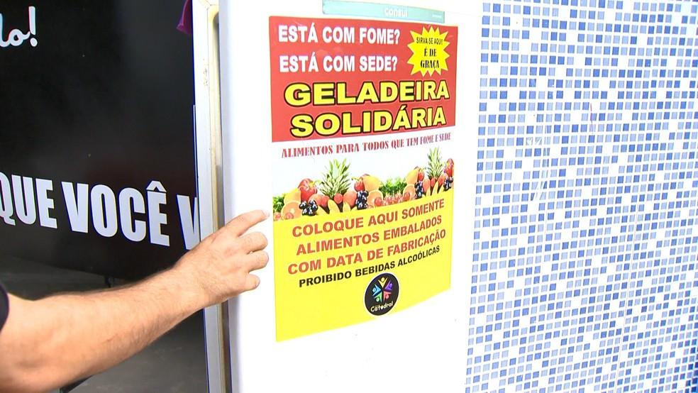 Geladeira solidária foi criada por membros de uma igreja em Guarapari — Foto: Reprodução/TV Gazeta