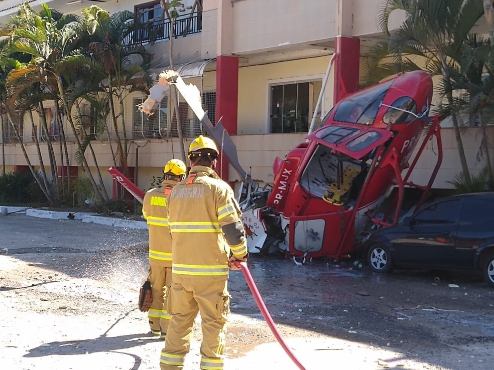 Helicóptero dos bombeiros cai e atinge carro no DF — Foto: Corpo de Bombeiros do DF