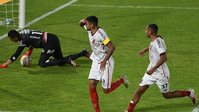 Lucho González marcou o primeiro gol do Athletico no jogo