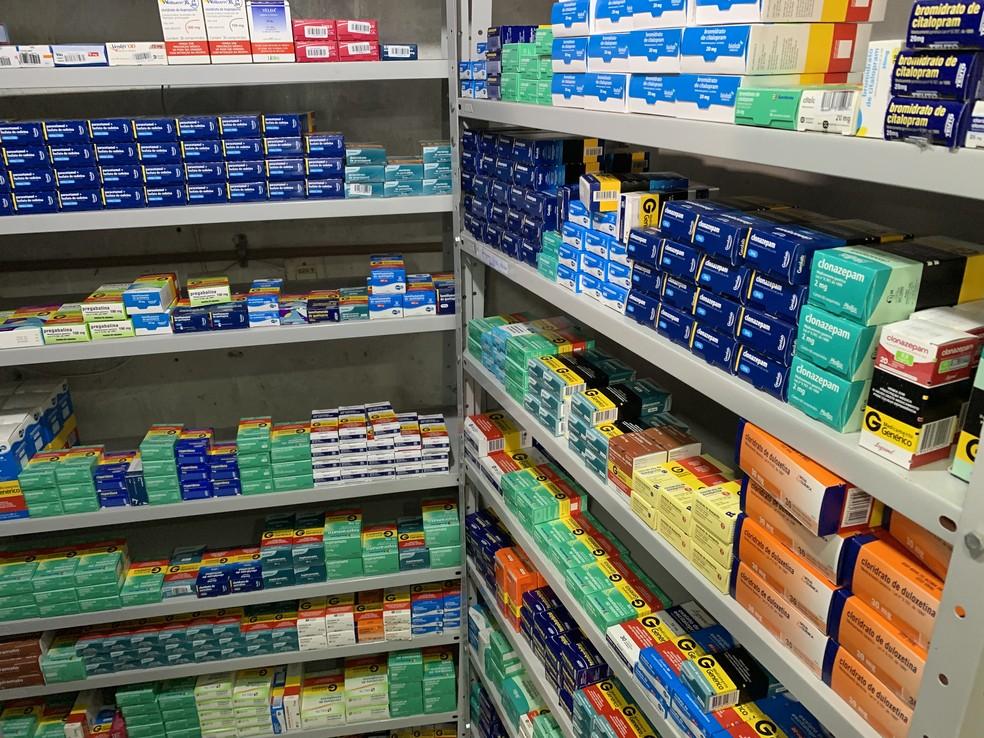 Por causa do aumento do consumo de medicamentos como antidepressivos, farmácia em Brumadinho teve que expandir espaço no estoque para esse tipo de remédio — Foto: Raquel Freitas/G1