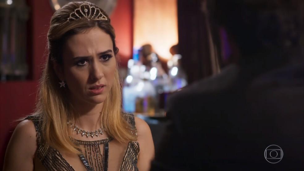 E Fedora (Tatá Werneck) fica perplexa ao saber que pode perder o noivo - 'Haja Coração' — Foto: Globo