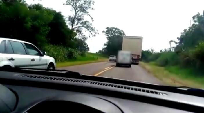 Vídeo mostra carros ultrapassando em faixa contínua na PR-317; ASSISTA