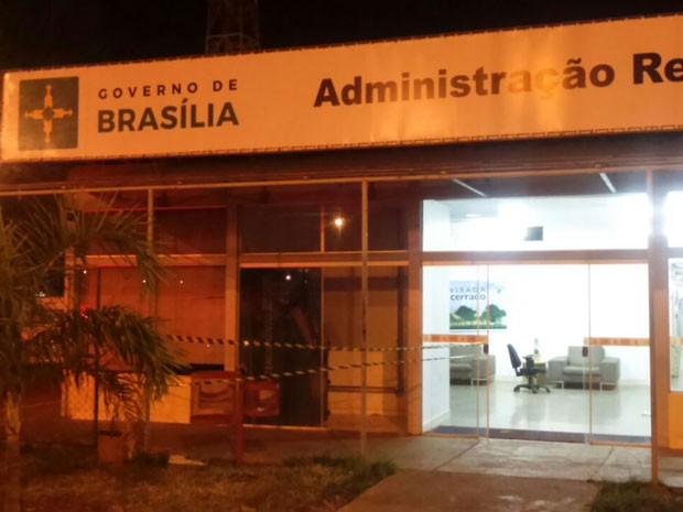 Fachada da Administração Regional de Samambaia, no Distrito Federal, que teve caixa eletrônico explodido na madrugada desta quinta-feira (8) (Foto: Polícia Militar/Divulgação)