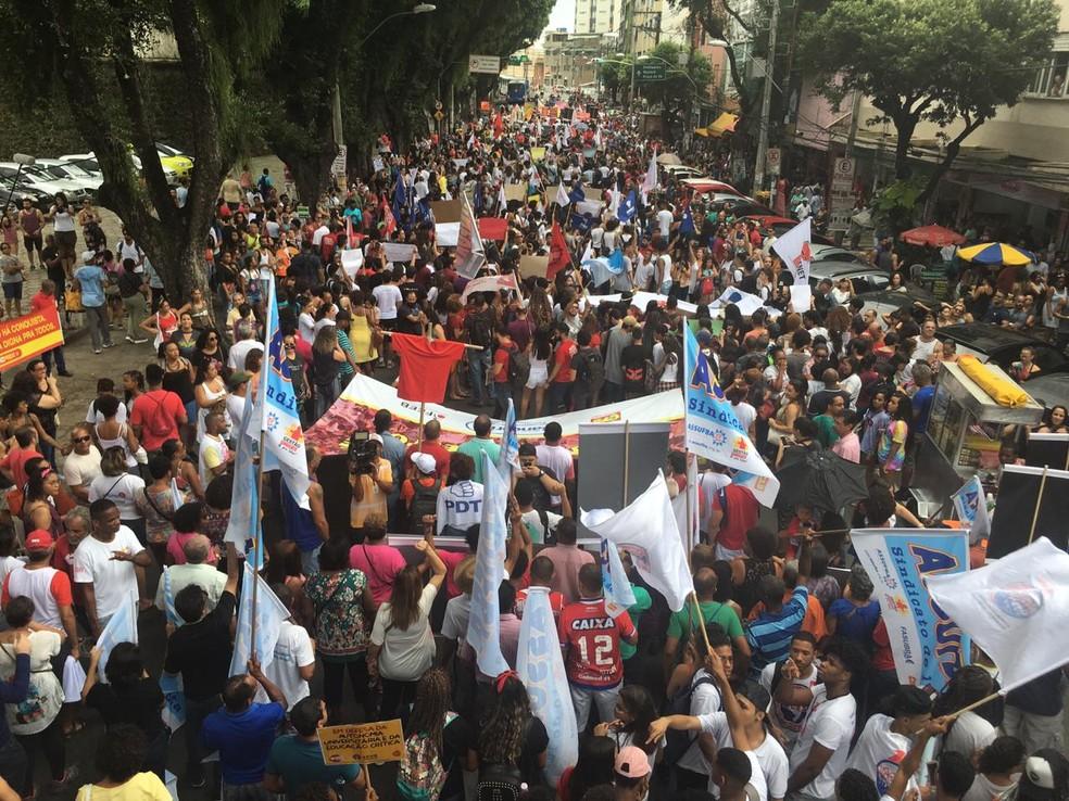 professores e estudantes protestam em Salvador contra o bloqueio de verbas — Foto: Maiana Belo/G1 Bahia