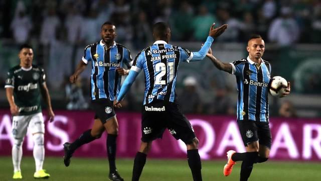 Jogadores do Grêmio comemoram o gol no Pacaembu