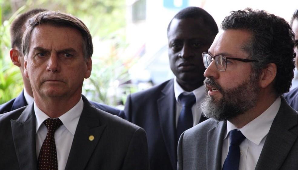 O presidente eleito Jair Bolsonaro e o futuro ministro das Relações Exteriores, Ernesto Araújo — Foto: Alvaro Costa/TV Globo