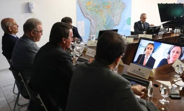 Bolsonaro e Queiroga em videoconferência com executivos da Pfizer