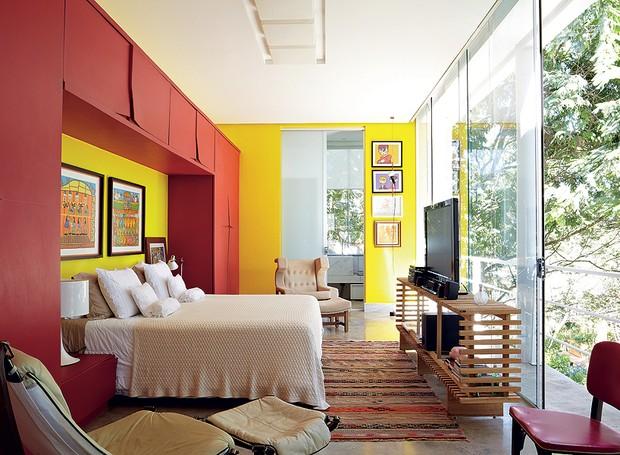 O armário desenhado pelo arquiteto Leo Romano funciona como uma moldura para a cama. Fazer um projeto de marcenaria na parede da cabeceira é uma ótima ideia para quartos pequenos (Foto: Victor Affaro/Casa e Jardim)