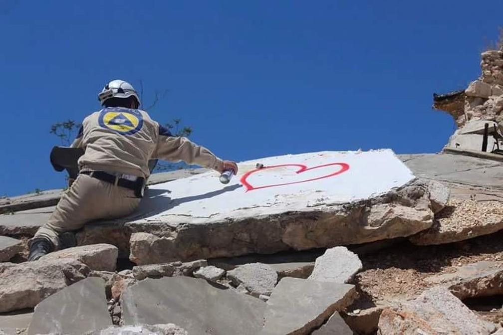 Capacete branco desenha coração nas ruínas de Alepo, na Síria — Foto: Arquivo pessoal