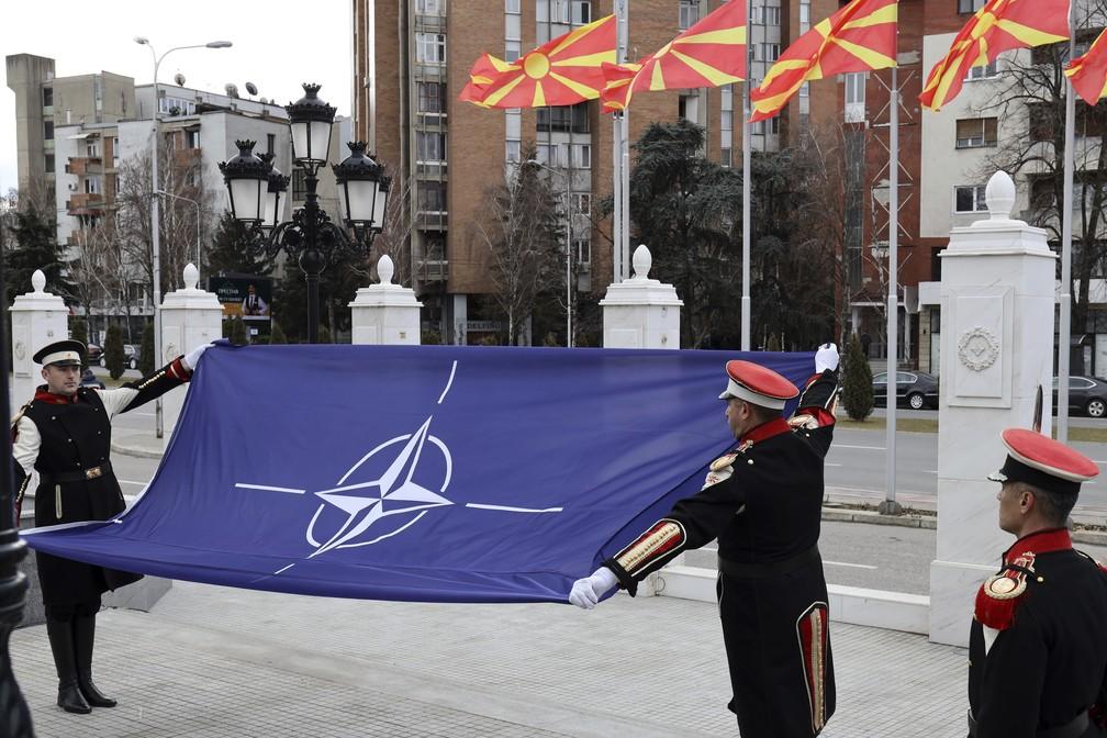 Bandeira da Otan é hasteada em prédio do governo da Macedônia do Norte, em Skopje — Foto: Dragan Perkovksi/AP Photo