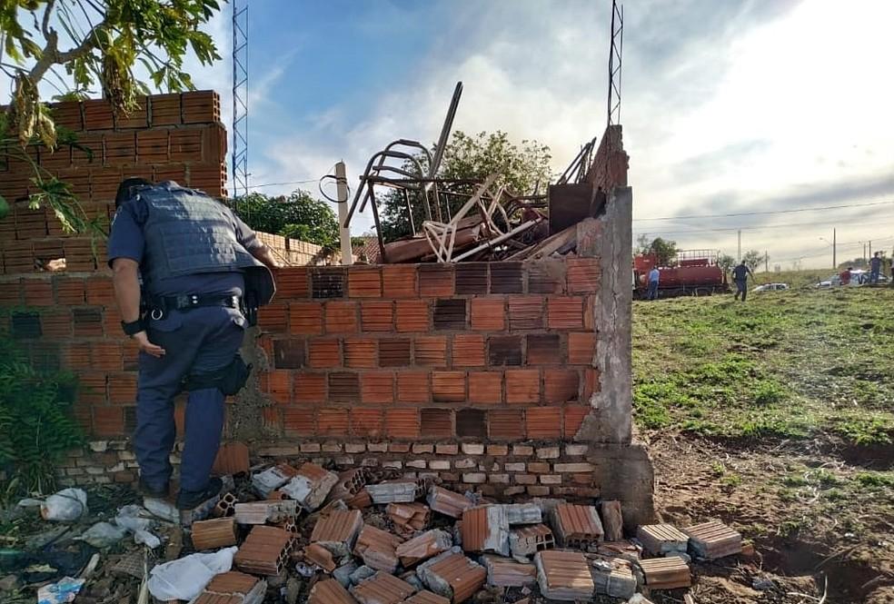 Policiais militares demoliram uma parede e entraram na casa, em Castilho (SP) — Foto: Polícia Militar/Divulgação