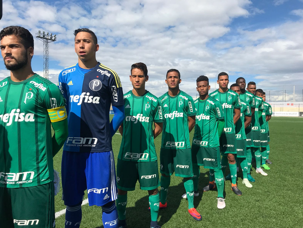 Time do Palmeiras perfilado para os hinos nacionais antes do jogo contra o Real Madrid (Foto: Divulgação)