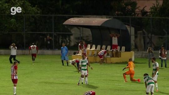 É só comemorar... #SQN! Gol perdido no último lance gera reação louca em banco; vídeo