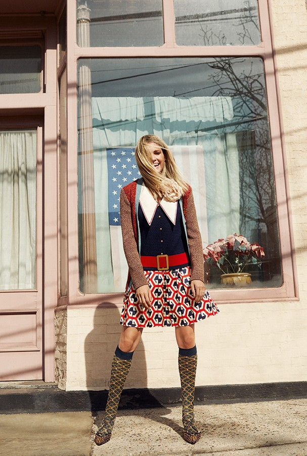 Vestido, cardigã, broche, meias e sapatos, tudo Gucci (Foto: Pedro Arieta )