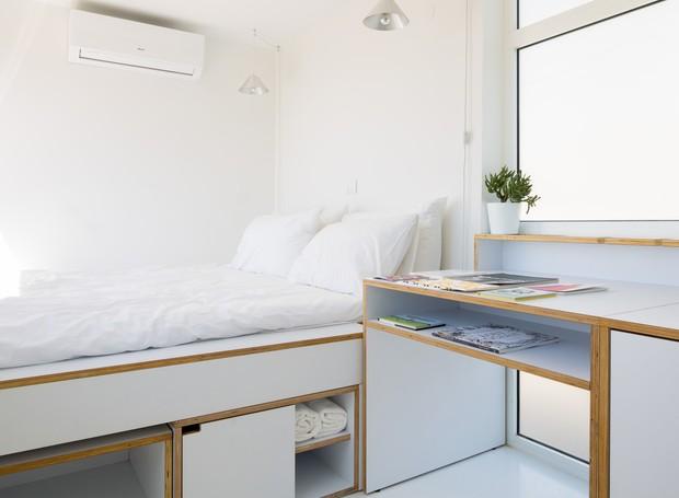 O quarto possui uma arara para roupas, gavetas e prateleiras para guardar roupas, eletrônicos e livros (Foto: Reprodução/Dezeen)